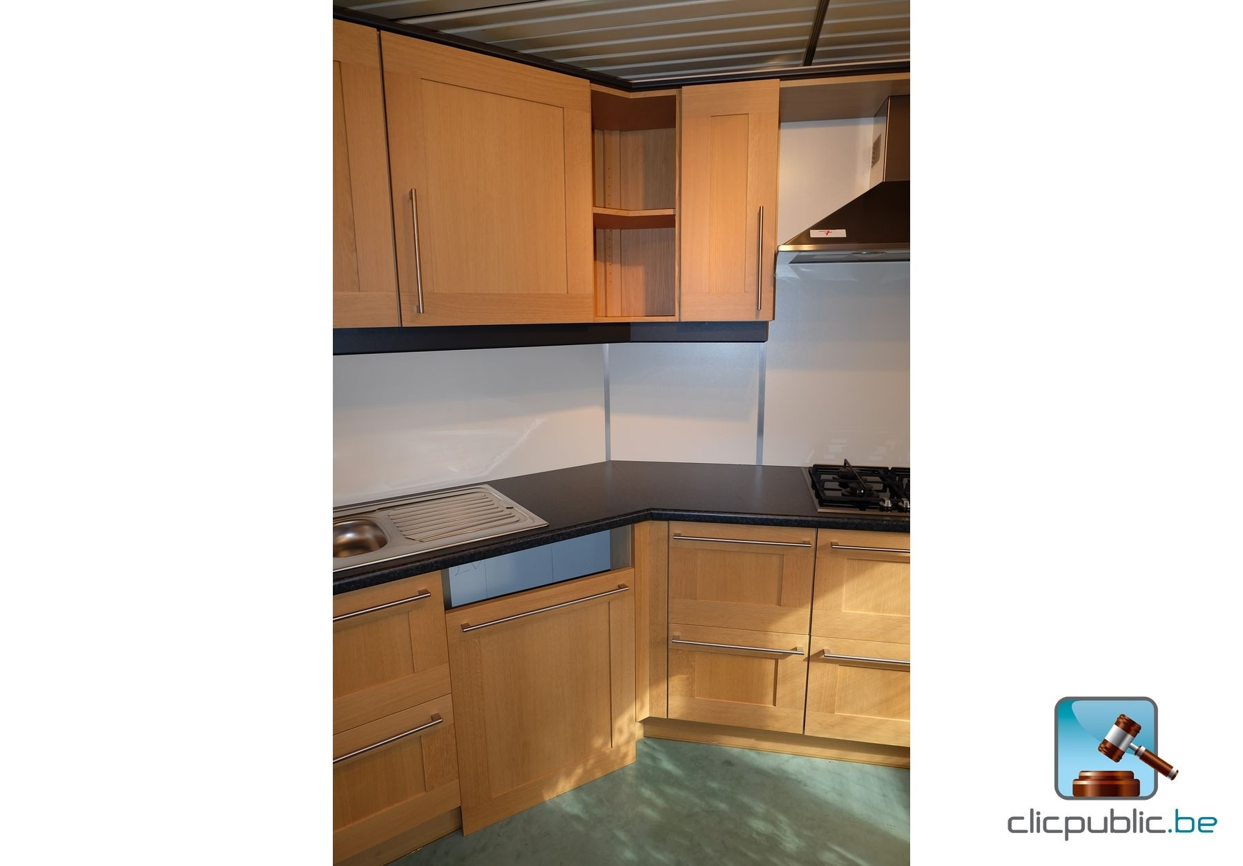 cuisine quip e design finition ch ne clair avec retour en angle portes en ch ne massif. Black Bedroom Furniture Sets. Home Design Ideas